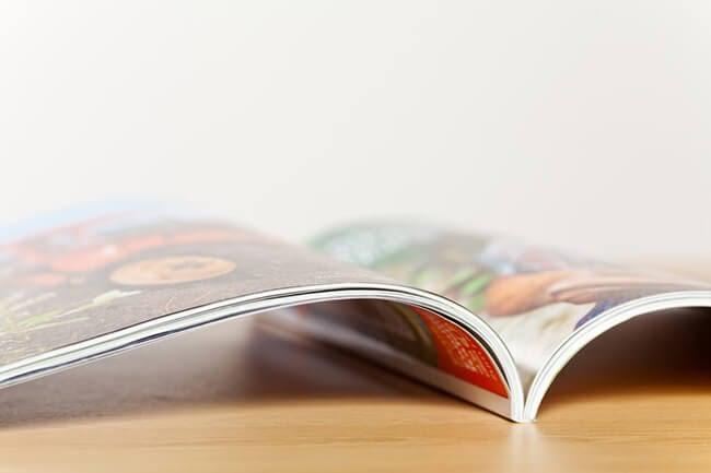 Catalogue ouvert posé sur une table en bois