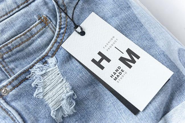 étiquette prix en papier pour vêtement posée sur un jean