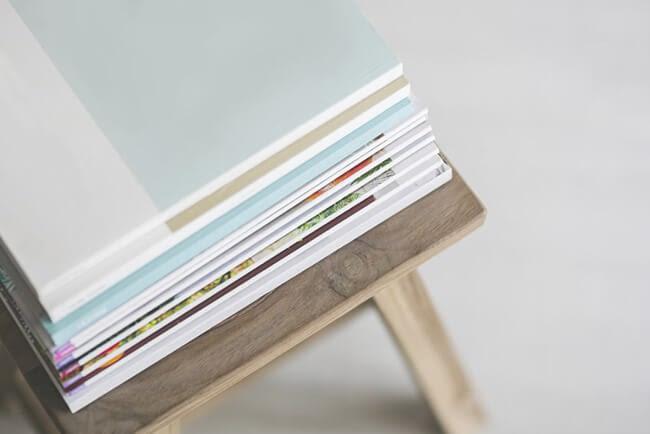 Pile de magazines sur une table en bois