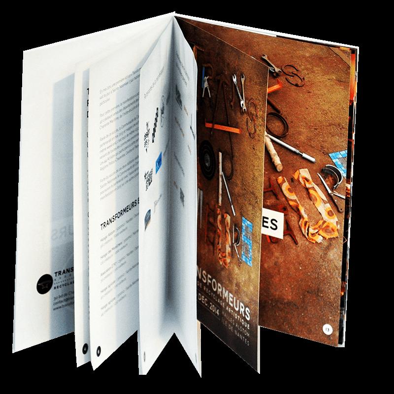 Brochure ouverte avec pages blanches et marrons