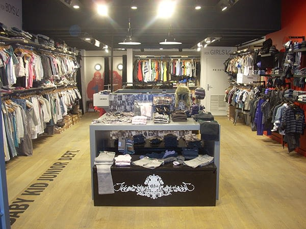 Adhésif mobilier et sol dans un intérieur de magasin de vêtements