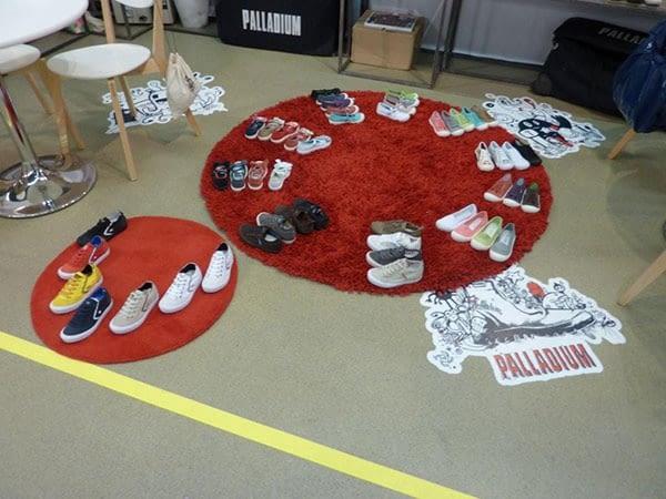 Adhesif sol avec découpe sur mesure à côté de tapis circulaires rouges et chaussures d'enfants