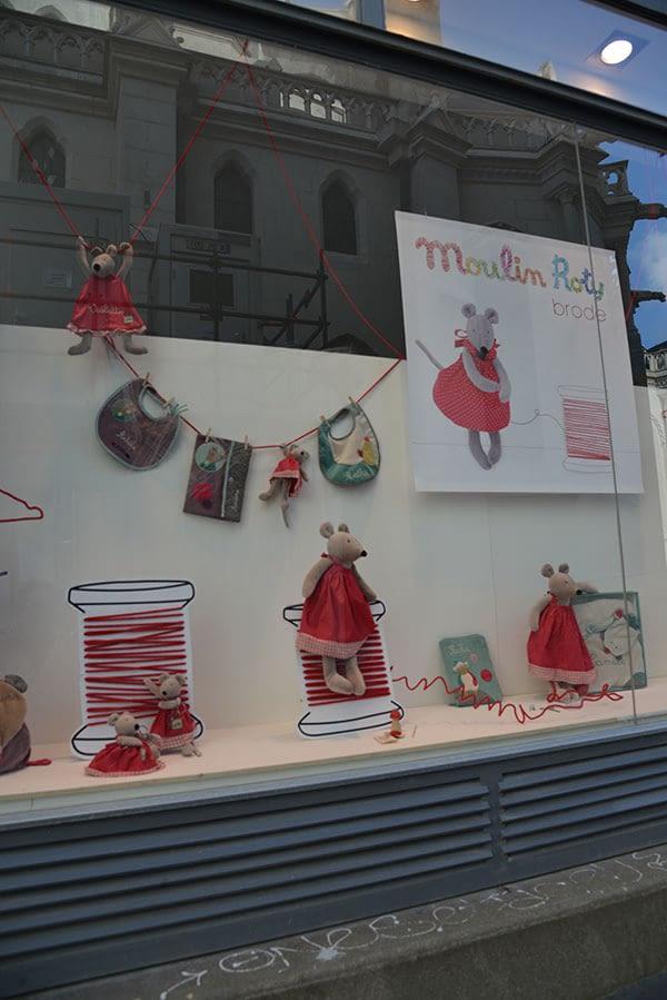 Affiche fond de vitrine et peluches de souris en robes rouges