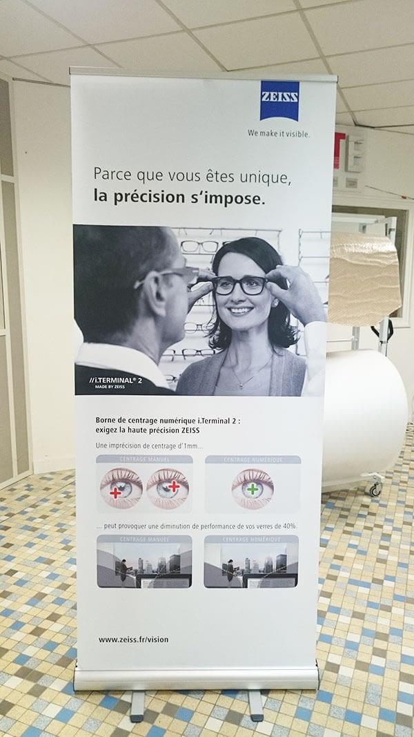 Enrouleur avec une photo de femme essayant une paire de lunettes