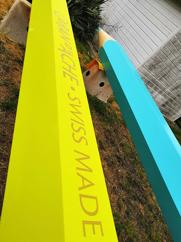 Habillage adhésif sur crayons géants jaune et bleu