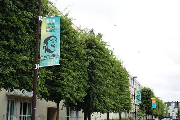 Kakemono pour candélabre bleu dans une rue arborée