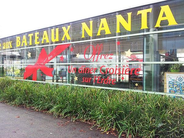 Lettrage adhésif sur vitrines du magasin Bateaux Nantais