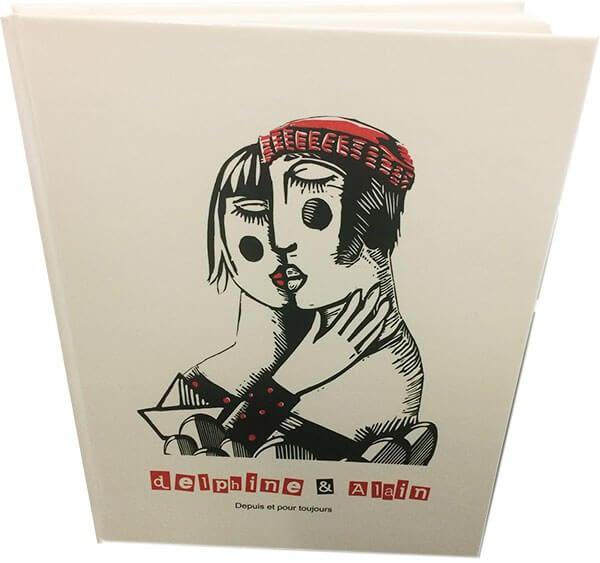 Livre couverture rigide avec dessin en noir et blanc