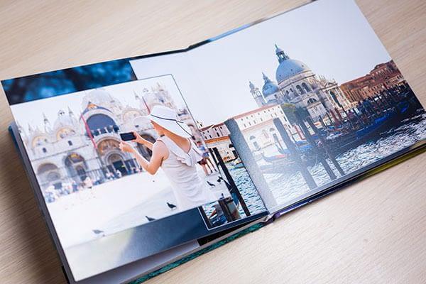 Livre photos souvenirs avec femme prenant en photo un monument