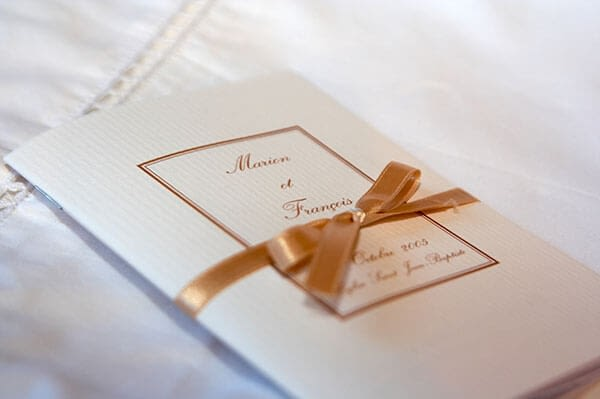 Livre de messe blanc avec ruban doré