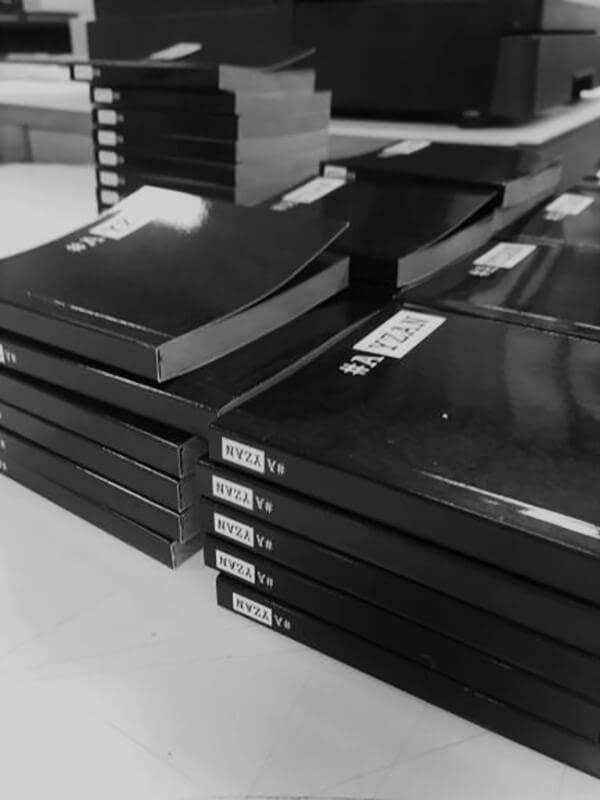 Piles de mini livres noirs