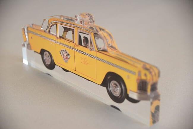PLV en forme de taxi jaune