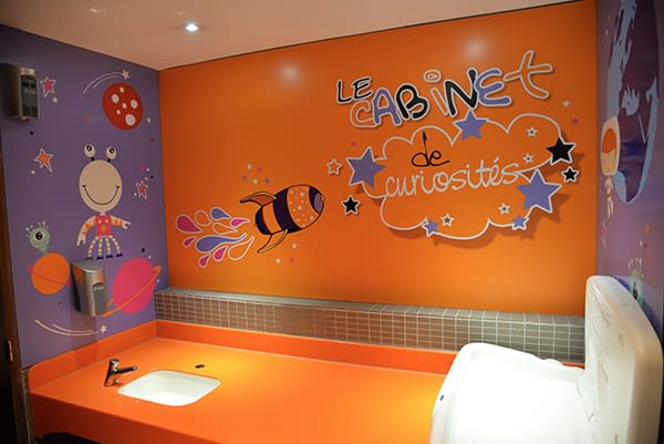 Relooking espace lange orange avec dessins enfantins