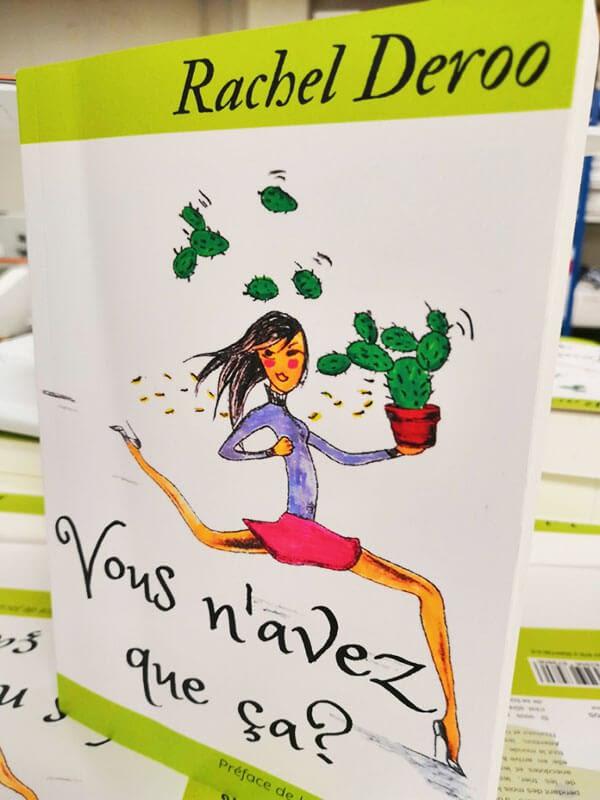 Roman en couverture souple avec dessin d'une femme tenant un cactus