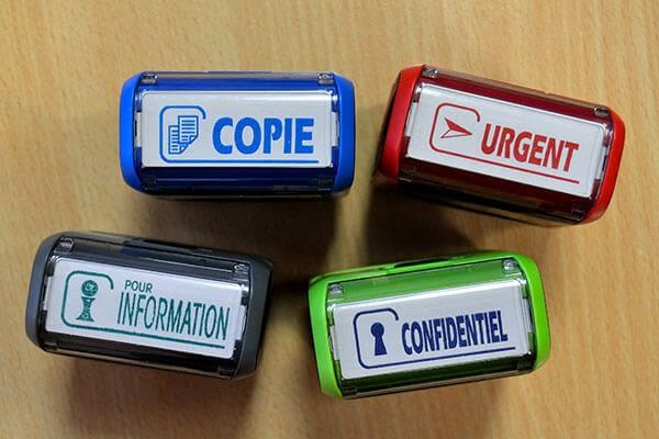 quatre tampons encreurs de bureau de couleurs différentes