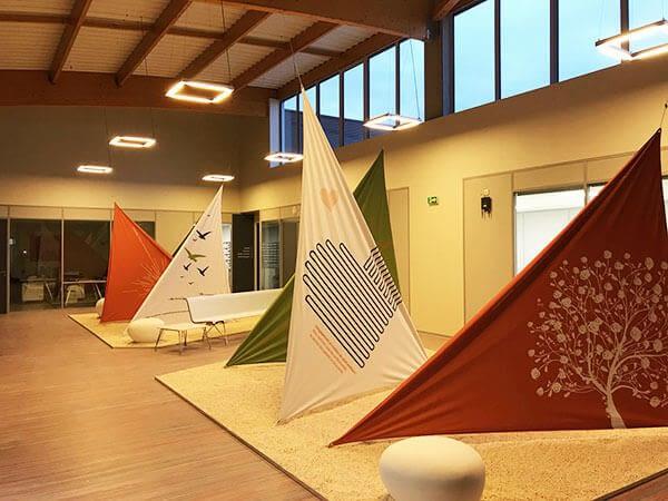 Voiles et drapeau de décoration colorés dans un hall d'accueil