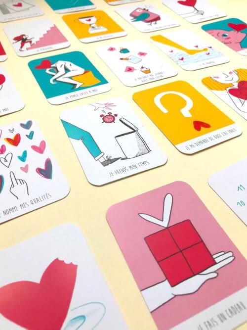 coins arrondis aux angles sur cartes à jouer avec dessins enfantins multicolors