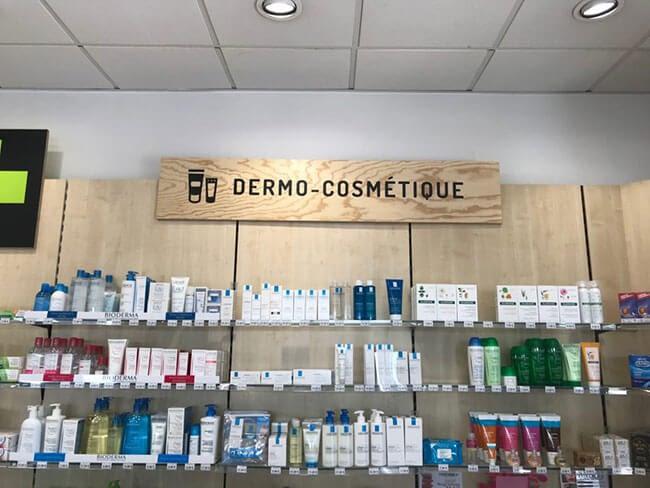 lettrage sur panneau bois dans magasin de cosmétiques