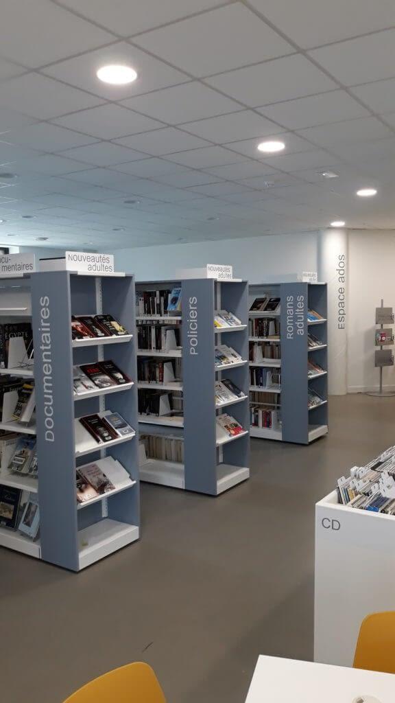 lettrage sur plaque mobilier bibliothèque et top métalliques